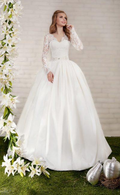 Атласное свадебное платье с V-образным вырезом декольте и скрытыми карманами на юбке.