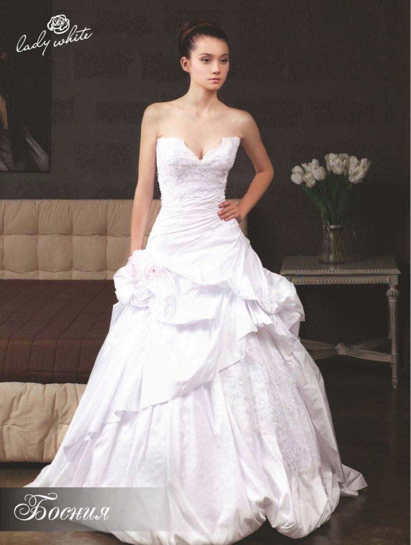 Фактурное свадебное платье А-силуэта с изящным декольте.