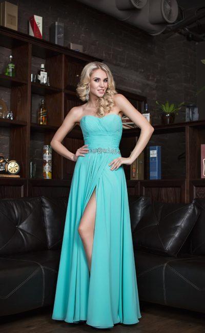 Шелковое вечернее платье голубого цвета с разрезом на юбке.