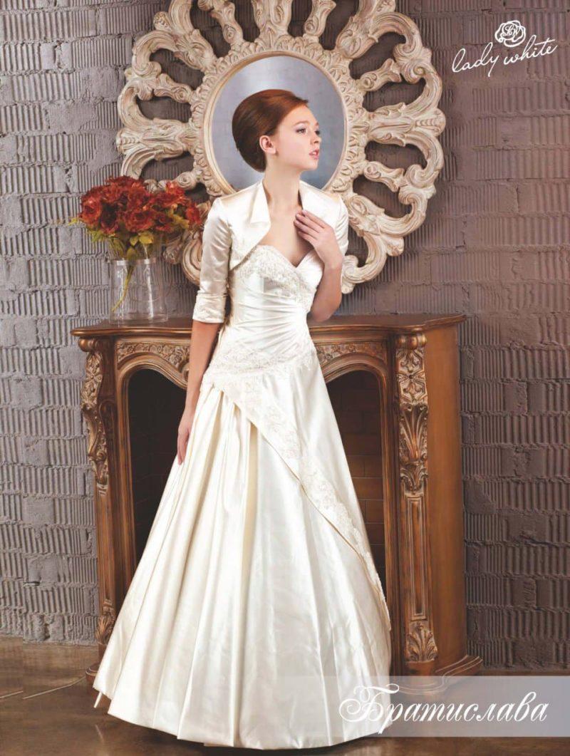 Атласное свадебное платье с коротким болеро.