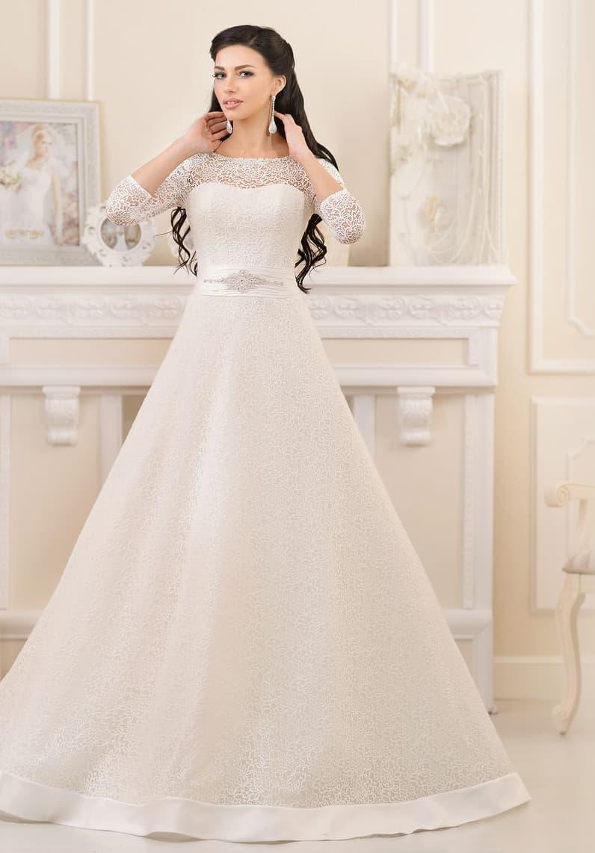 Царственное свадебное платье «принцесса» с высоким вырезом и длинными плотными рукавами.