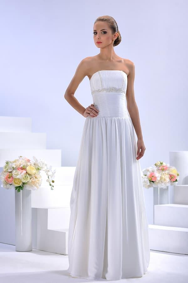 Прямое свадебное платье с изящным декором и лаконичным вырезом.