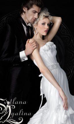 Открытое свадебное платье «русалка» с драматичным пышным декором подола.