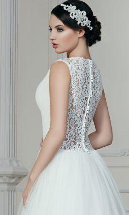 Свадебное платье пышного кроя с кружевом на спинке и изящным V-образным декольте на лифе.