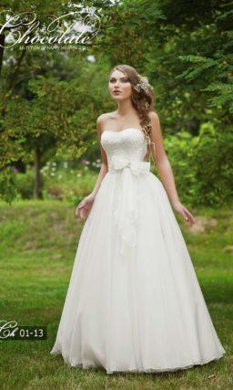 Прямое свадебное платье с изящным лифом и бантом на талии.