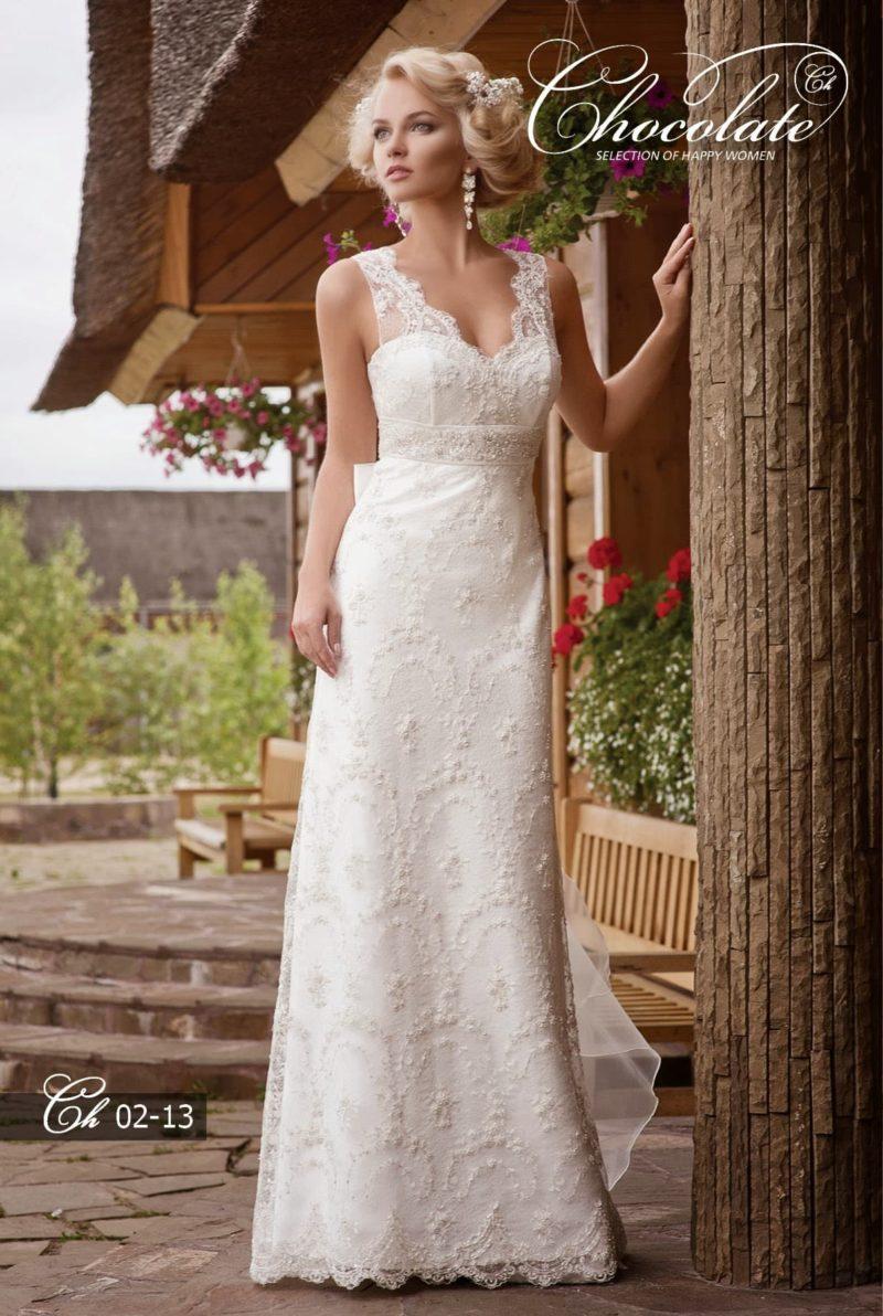 Прямое свадебное платье с кружевным V-образным вырезом.