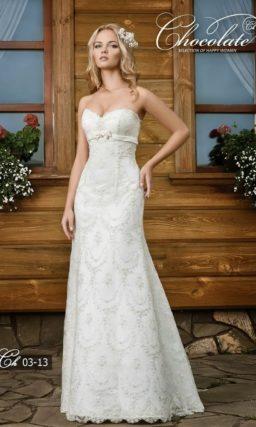 Кружевное свадебное платье с завышенной линией талии.