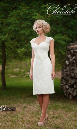 Свадебное платье с прямой юбкой чуть ниже колена и кружевным верхом.