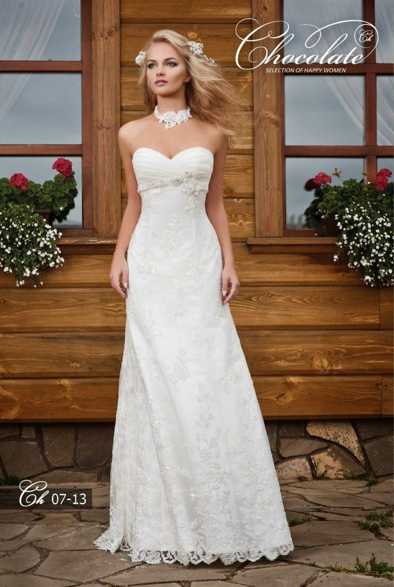 Прямое свадебное платье с соблазнительным открытым декольте.
