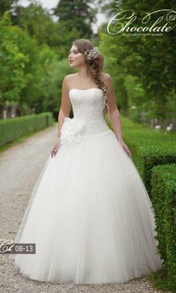 Роскошное свадебное платье с открытым кружевным корсетом.
