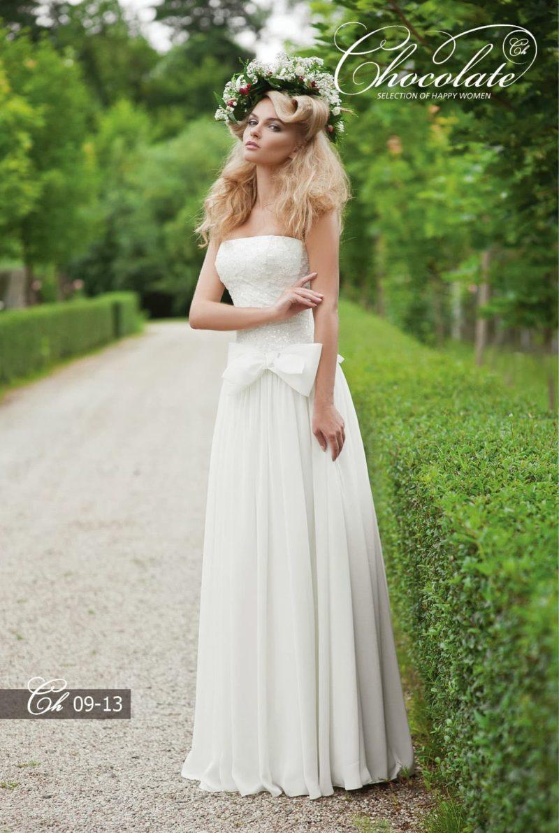 Романтичное свадебное платье прямого кроя с бантом на талии.