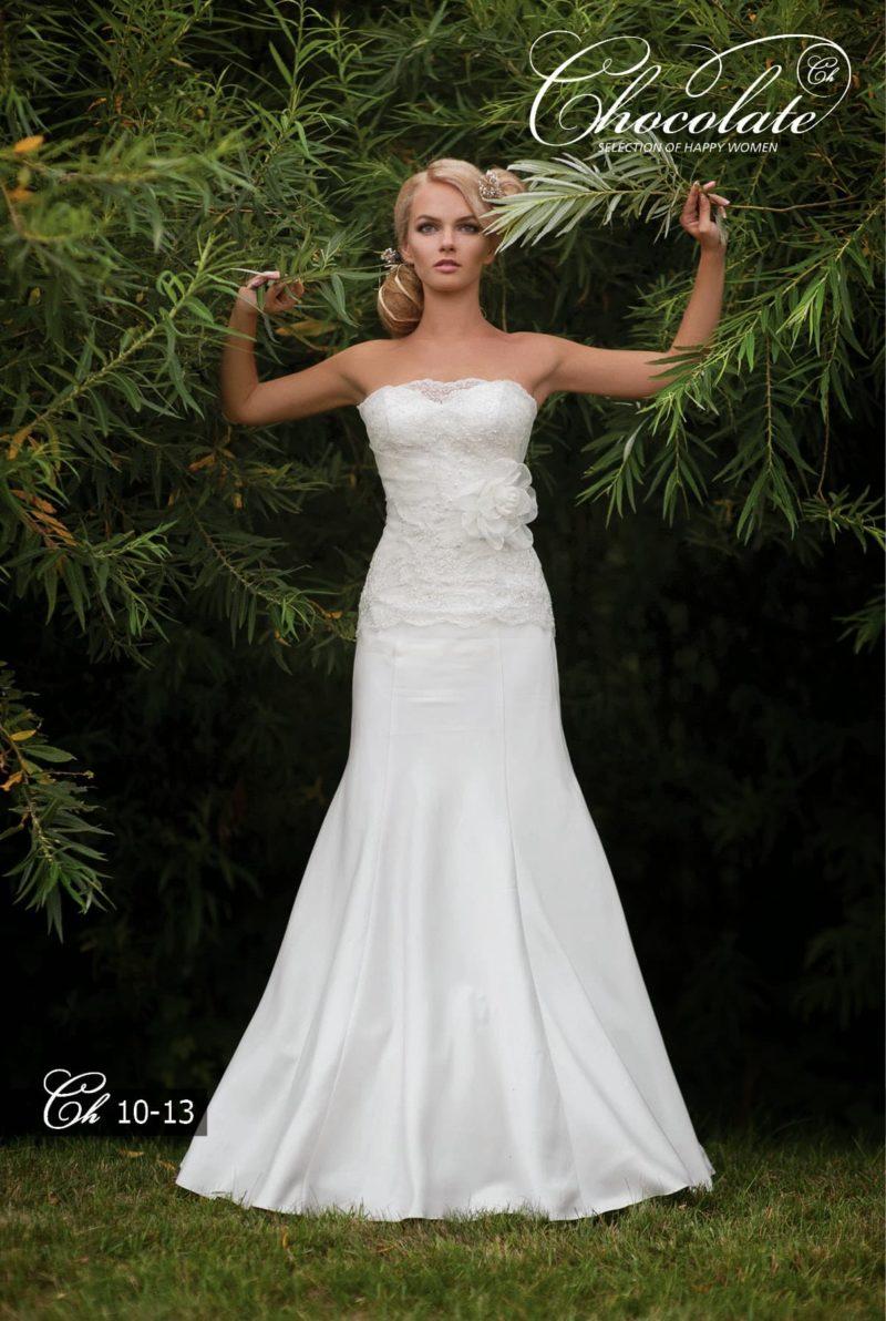 """Открытое свадебное платье силуэта """"русалка"""" с кружевным декором."""