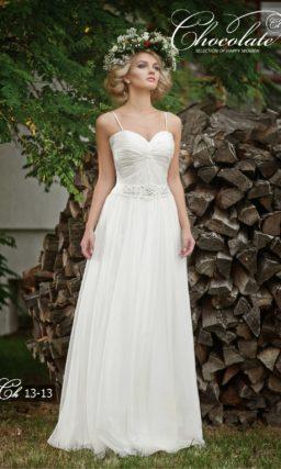 Прямое свадебное платье с широким поясом, украшенным стразами.