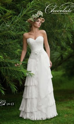 Прямое свадебное платье с оборками по подолу и лифом-сердечком.
