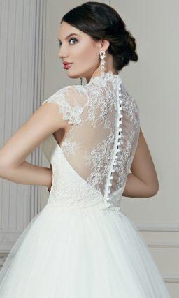 Роскошное свадебное платье с лаконичным декором пышного подола и широкими кружевными бретелями.