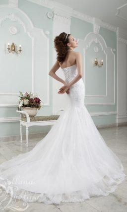 Эффектное свадебное платье «русалка» с V-образным вырезом декольте.