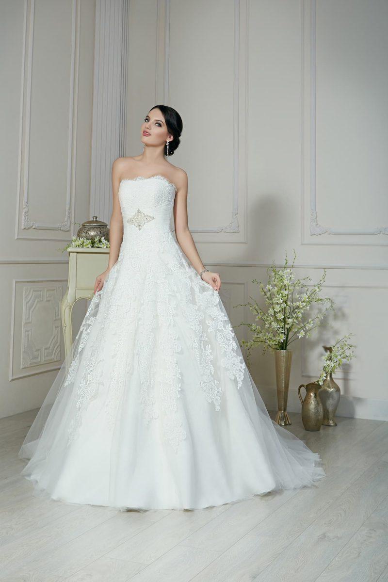 Женственное свадебное платье «принцесса» с кружевным лифом прямого кроя и многослойным подолом.