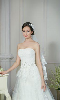 Торжественное свадебное платье с деликатным вырезом и фактурной отделкой по талии.
