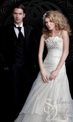 Романтичное свадебное платье с фигурным лифом и объемными складками отделки.