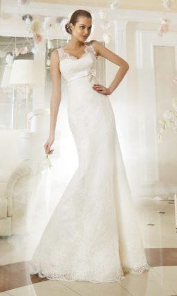 Облегающее свадебное платье с завышенной линией талии и широкими кружевными бретельками.