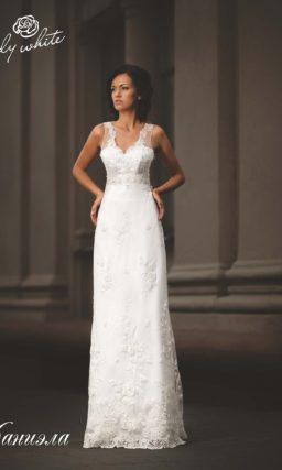 Прямое свадебное платье с открытой спинкой и V-образным лифом.