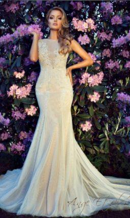 Свадебное платье «рыбка» с закрытым лифом и округлым вырезом на спине.
