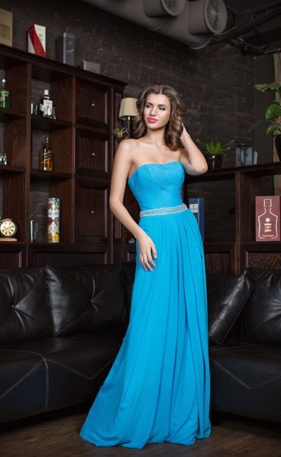 Прямое вечернее платье голубого цвета с драпировками на корсете.