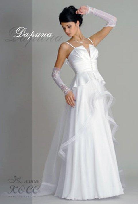 Глянцевое свадебное платье с баской, узкими бретелями и V-образным вырезом.