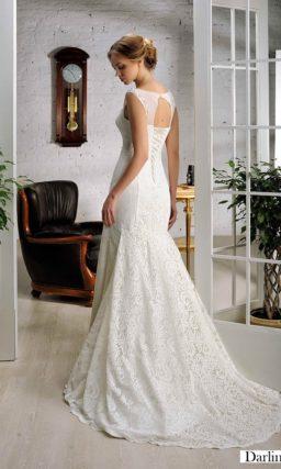 Свадебное платье с тонкой вставкой над прямым лифом и юбкой «рыбка» со шлейфом.