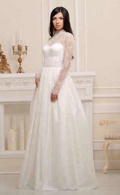 Торжественное свадебное платье «принцесса» с длинными кружевными рукавами и вырезом под горло.