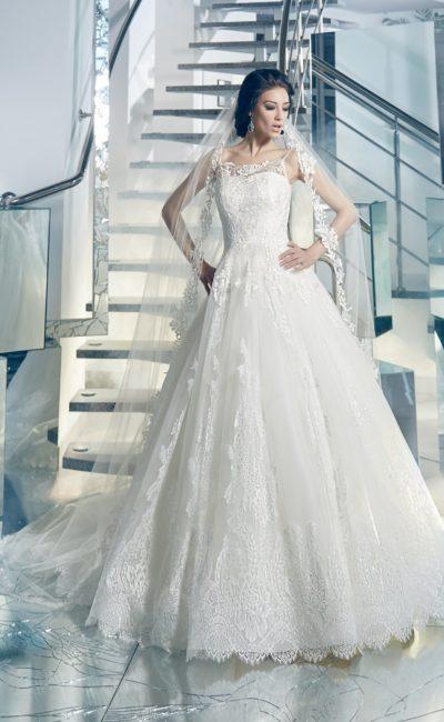 Царственное свадебное платье пышного кроя с отделкой кружевом и нежными узкими бретелями.