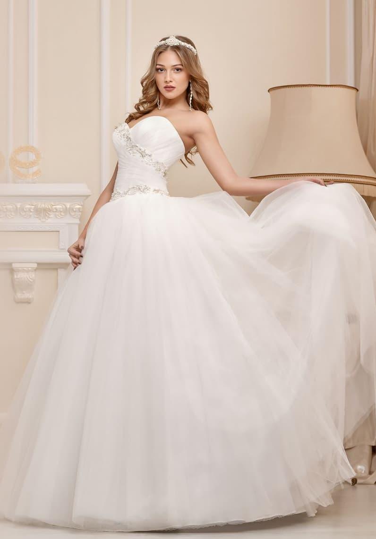 Романтичное свадебное платье с лифом в форме сердца и бисерной вышивкой по верху.