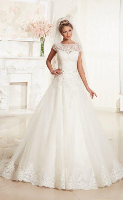 Закрытое свадебное платье с вырезом под горло и изящными короткими рукавами из кружева.