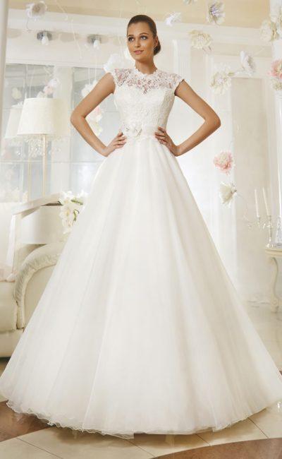 Торжественное свадебное платье с закрытым лифом, оформленным кружевом, и поясом из атласа.
