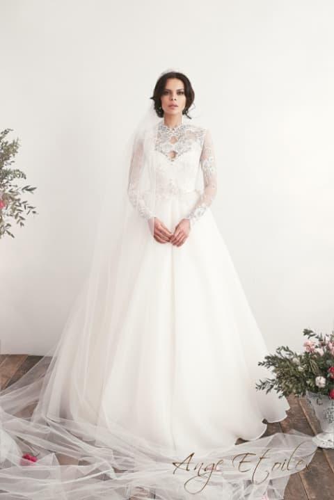 Пышное свадебное платье с серебристым лифом и длинным рукавом.