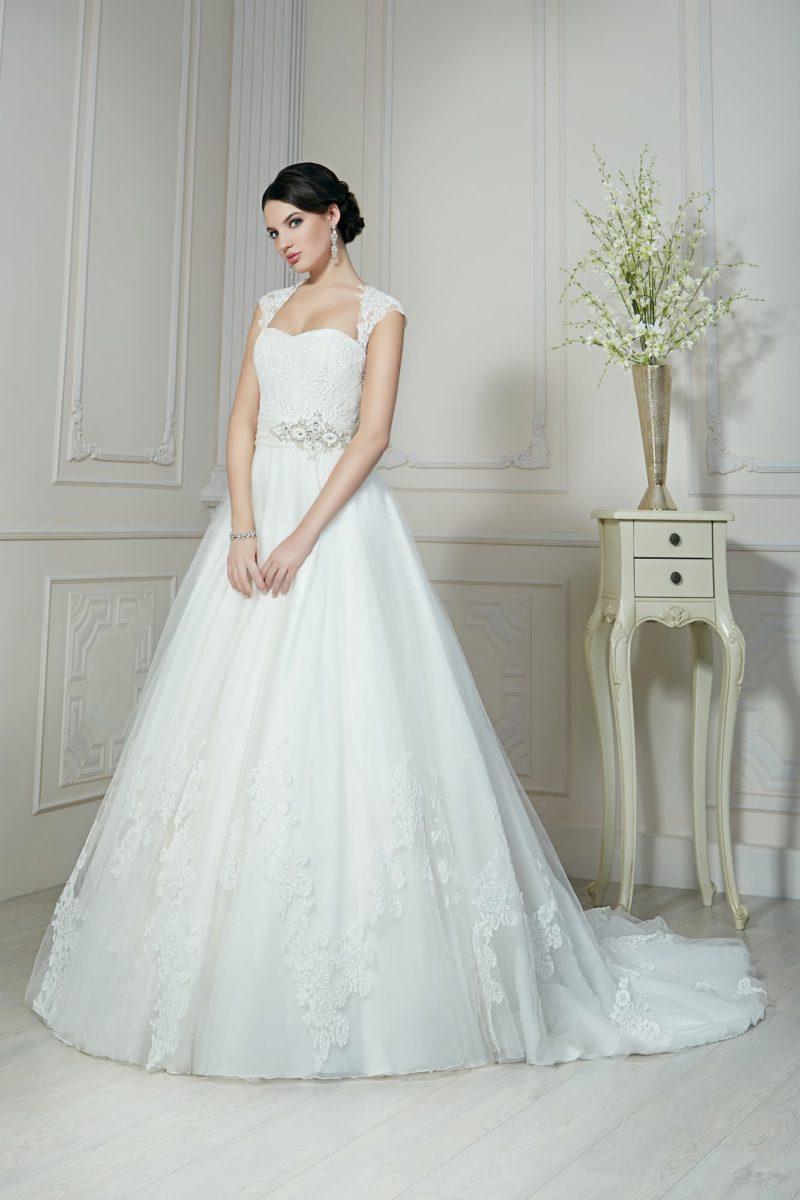 Пышное свадебное платье с широкими кружевными бретелями и торжественным длинным шлейфом.