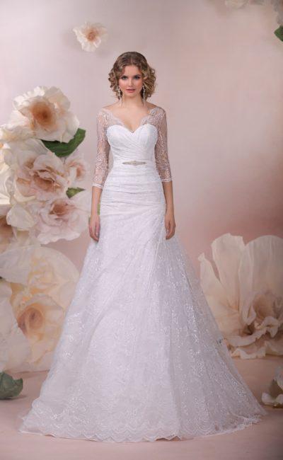 Свадебное платье «принцесса» с V-образным декольте и полупрозрачным рукавом чуть ниже локтя.