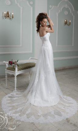Открытое свадебное платье прямого кроя с тонкой верхней юбкой.