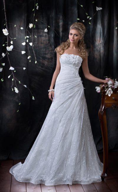 Облегающее свадебное платье со стильными драпировками и кружевным шлейфом.