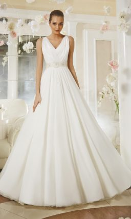 Свадебное платье «принцесса» с V-образным вырезом декольте и открытой спинкой.