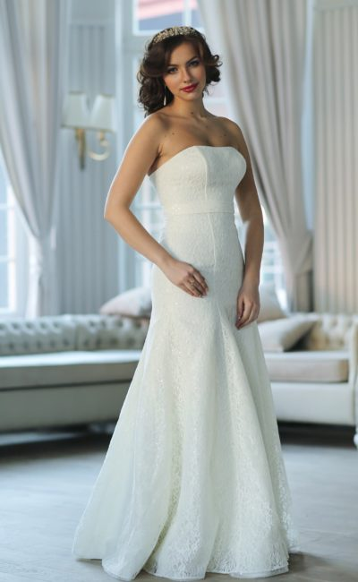 Утонченное свадебное платье А-кроя со слегка заниженной линией талии и открытым лифом.