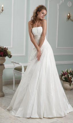 Свадебное платье А-силуэта с открытым лифом прямого кроя.