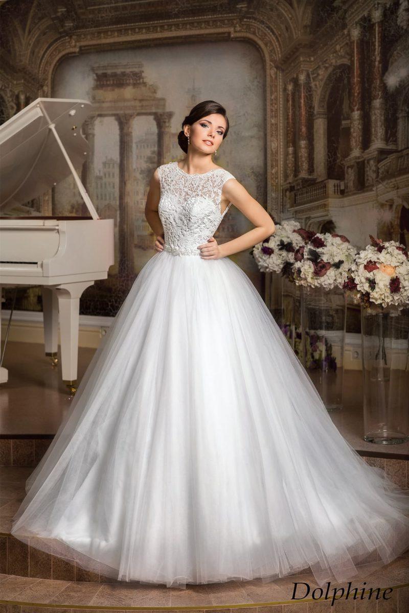 Пышное свадебное платье с лаконичной юбкой и облегающим кружевным верхом.