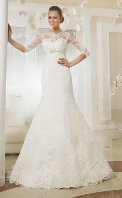 Облегающее свадебное платье с длинным кружевным рукавом и атласным поясом с бантом.