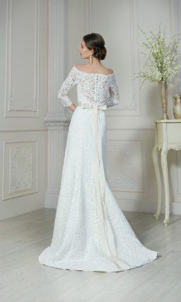 Свадебное платье с женственным портретным вырезом и атласным поясом, украшенным бисером.