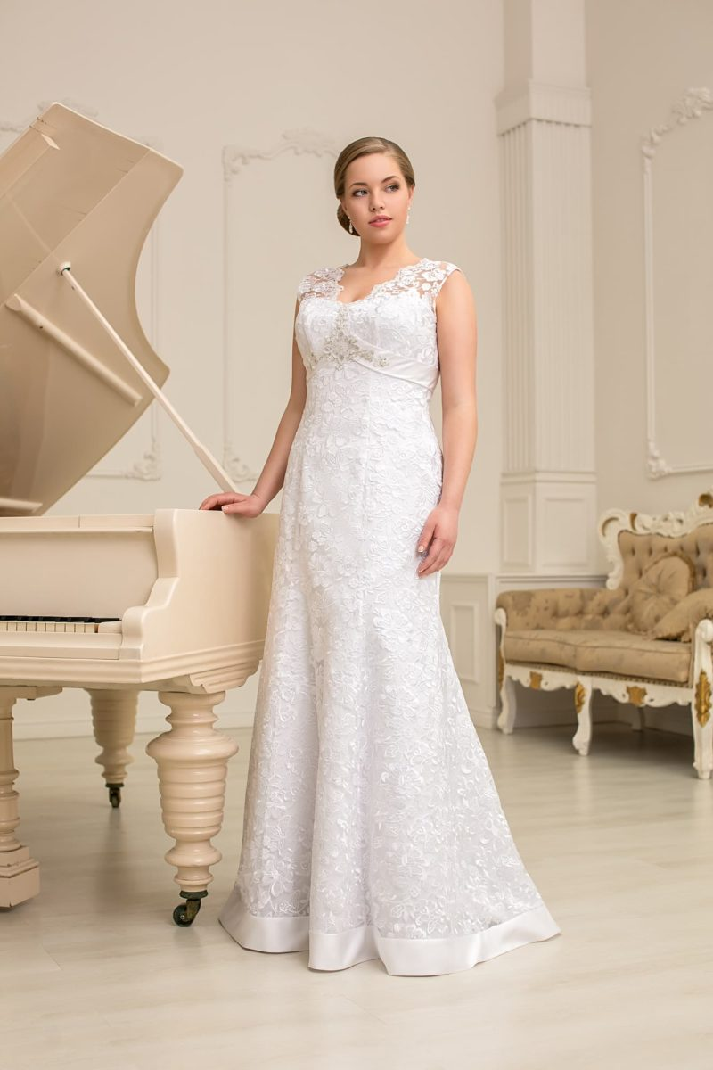 Прямое свадебное платье с элегантным лифом, очерченным снизу широким атласным поясом.