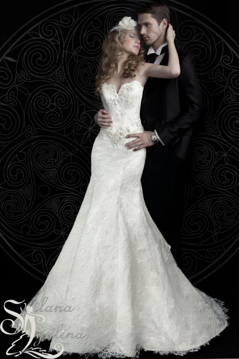 Изысканное свадебное платье «русалка»  с кружевным портретным вырезом.