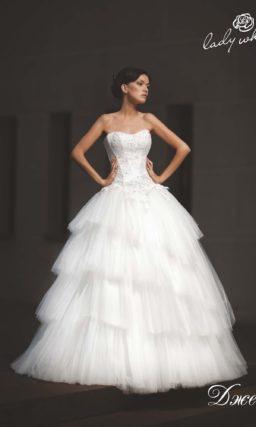 Открытое свадебное платье с воздушной многоярусной юбкой.
