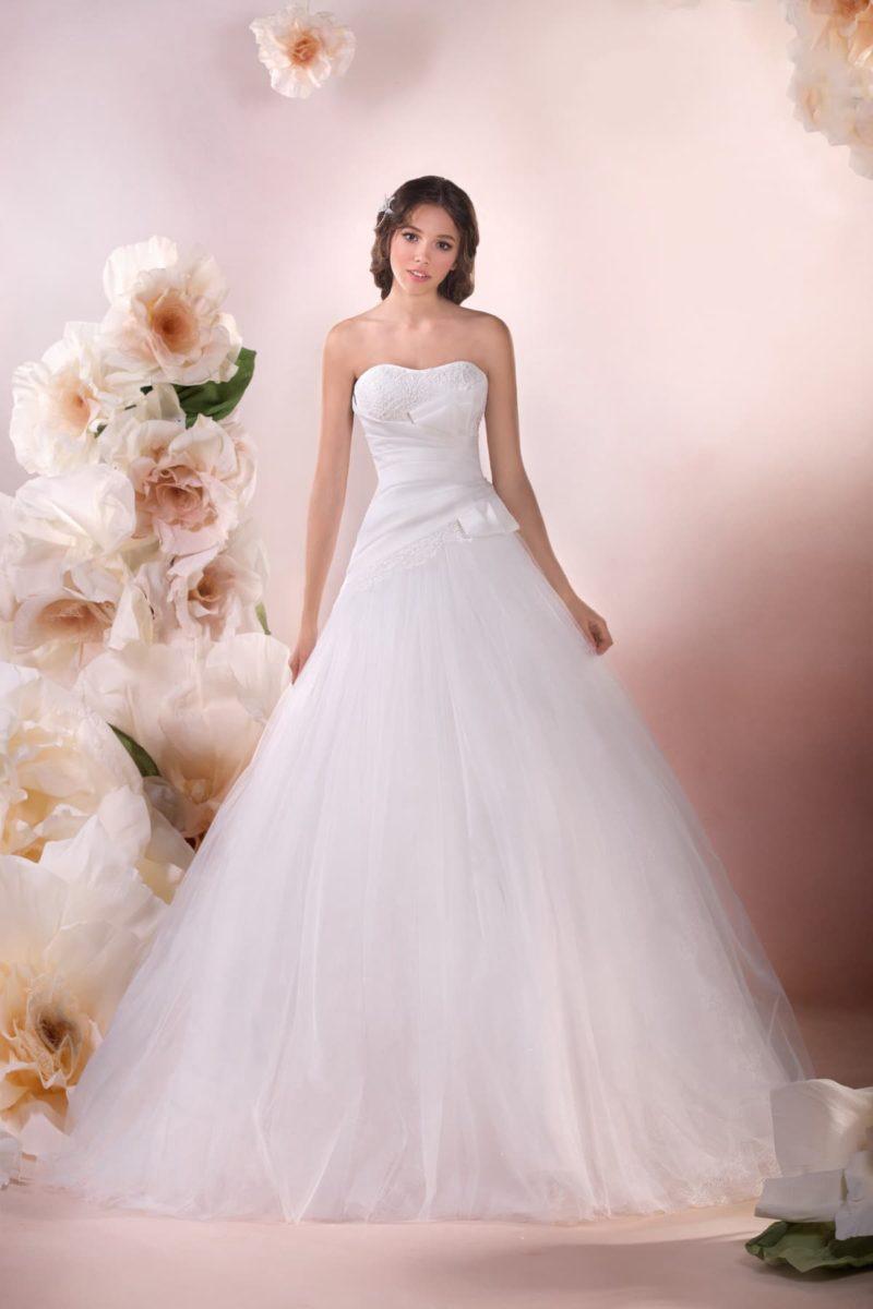 Открытое свадебное платье  с драпировками на корсете и стильной юбкой «трапеция».