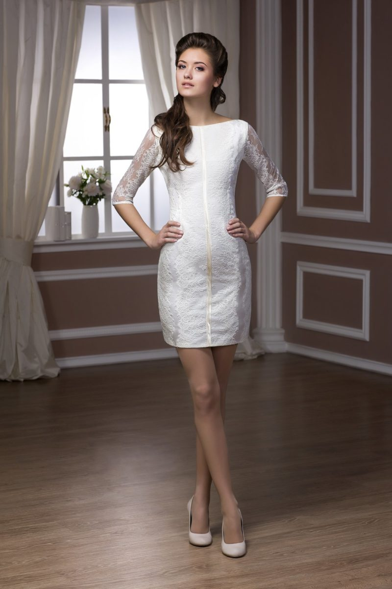 Короткое свадебное платье с кружевным декором и глубоким декольте на спинке.